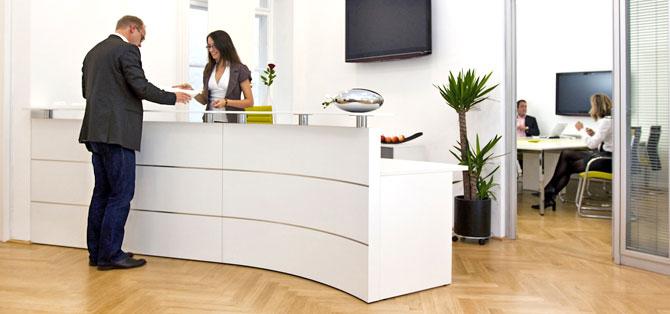 Büro mit Tresen und Kunden,büroreinigung
